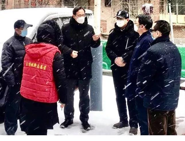 区委书记杨兵深入一线慰问冒雪值守人员 并检查指导社区防控工作