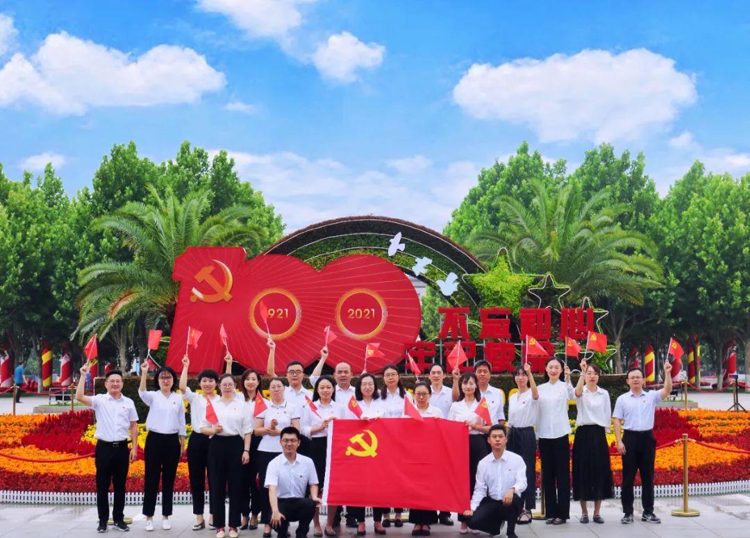 庆祝建党100周年·原创镜头丨党旗映初心 担当铸忠诚