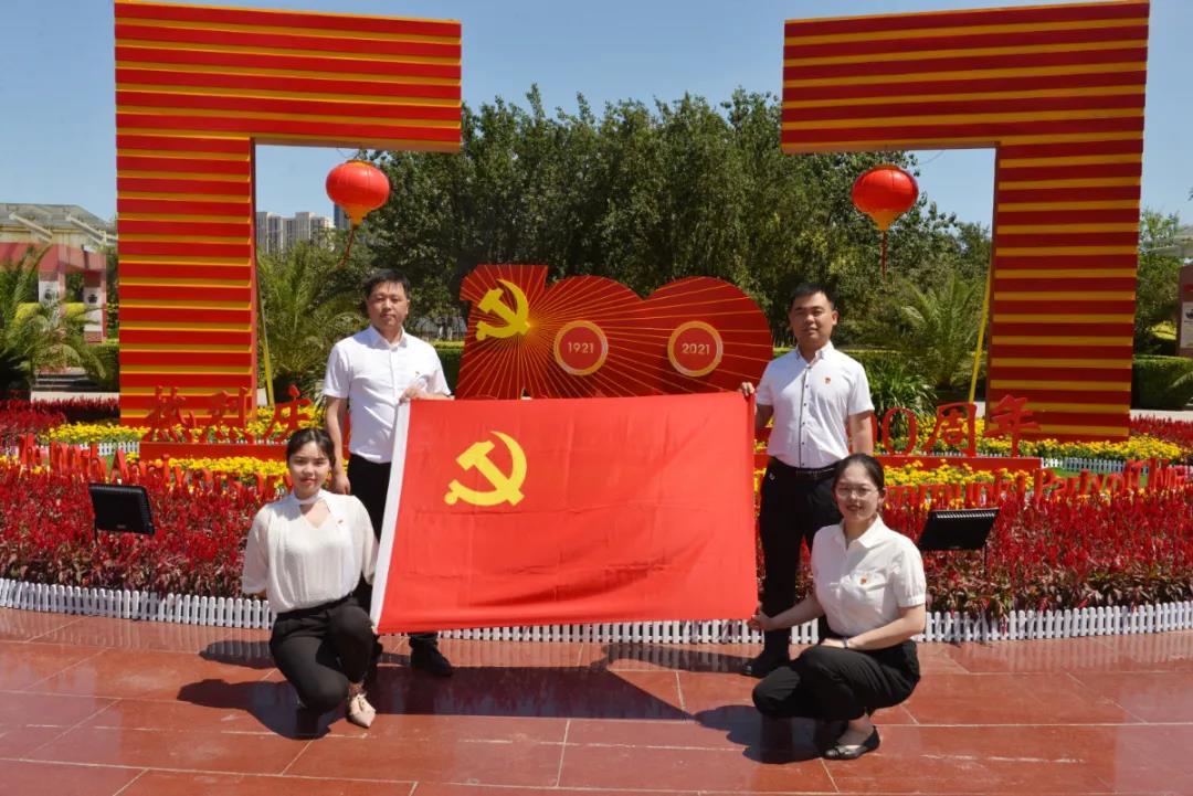 庆祝建党百年·原创镜头丨与党旗同框 为祖国点赞