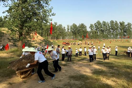 2016年9月21日, 中央党校第8期县委书记研修班学员在教学基地体验翻淤压沙。800.533